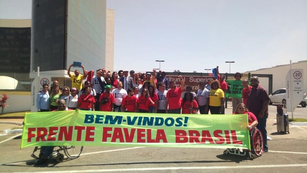 Militantes da Frente Favela Brasil foram à sede do TSE, em Brasília, acompanhar pedido de registro da nova legenda (Foto: Vinícius Cassela, G1)