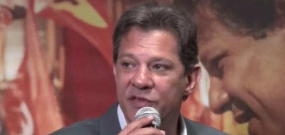 O candidato Fernando Haddad durante entrevista nesta quarta (10) a jornalistas da imprensa estrangeira, em São Paulo — Foto: Reprodução
