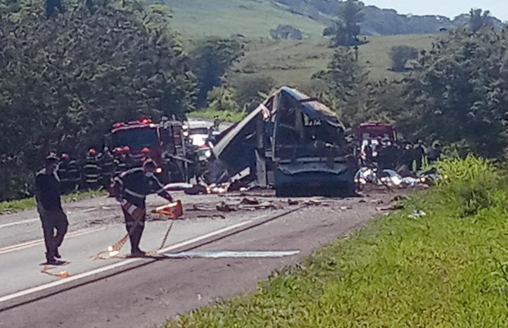 Grave acidente entre um ônibus e um caminhão provocou ao menos 40 mortes e deixou outras 12 pessoas gravemente feridas na manhã desta quarta-feira (25), na Rodovia Alfredo de Oliveira Carvalho, entre Taguaí e Taquarituba, na região de Avaré, no interior de São Paulo. — Foto: ADEMILSON TICO/FUTURA PRESS/ESTADÃO CONTEÚDO