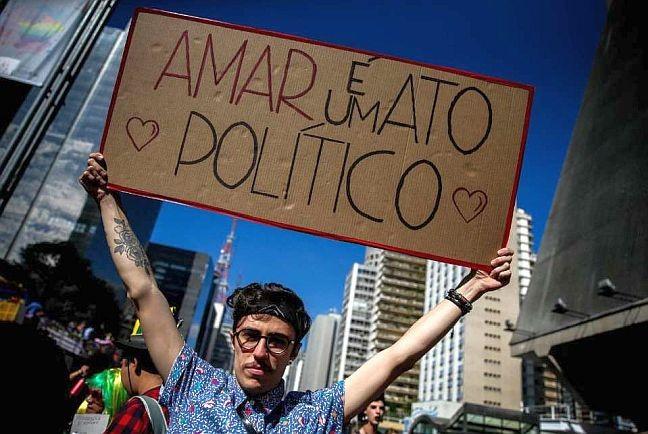 21ª Parada do Orgulho LGBT, que atraiu segundo os organizadores mais de três milhões de pessoas às ruas de São Paulo neste domingo, contou também com manifestações contrárias ao governo de Michel Temer (Foto: El País)