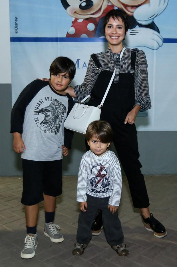 Juliana Knust e os filhos Arthur e Matheus (Foto: Roberto Filho/Brazil News)
