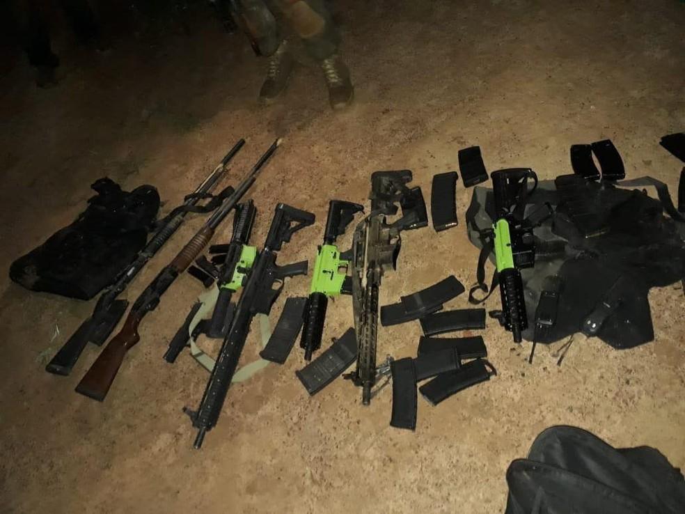 Armamentos e equipamentos explosivos são apreendidos durante ação policial contra quadrilha em Brasilândia de Minas — Foto: Polícia Civil/Divulgação