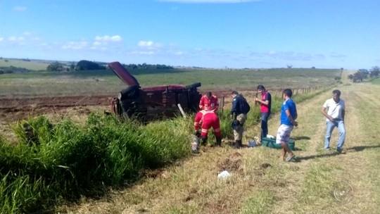 Mulher morre após capotar carro na BR-153 em São Pedro do Turvo