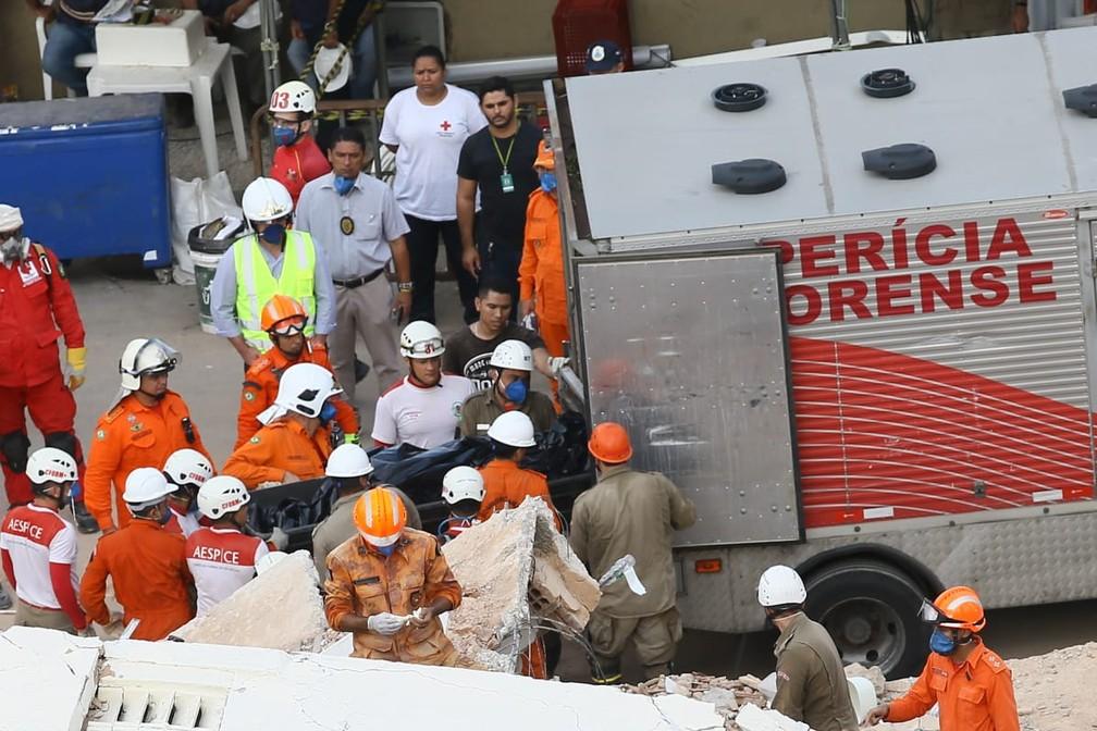 Corpo retirado dos escombros do prédio em Fortaleza — Foto: Camila Lima/SVM