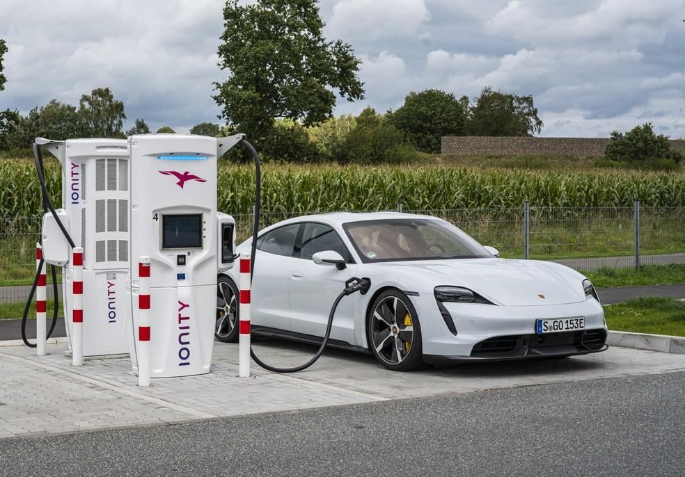 Nos carregadores Ionity, bateria do Porsche Taycan pode ir de 5% a 80% em menos de 25 minutos — Foto: Divulgação