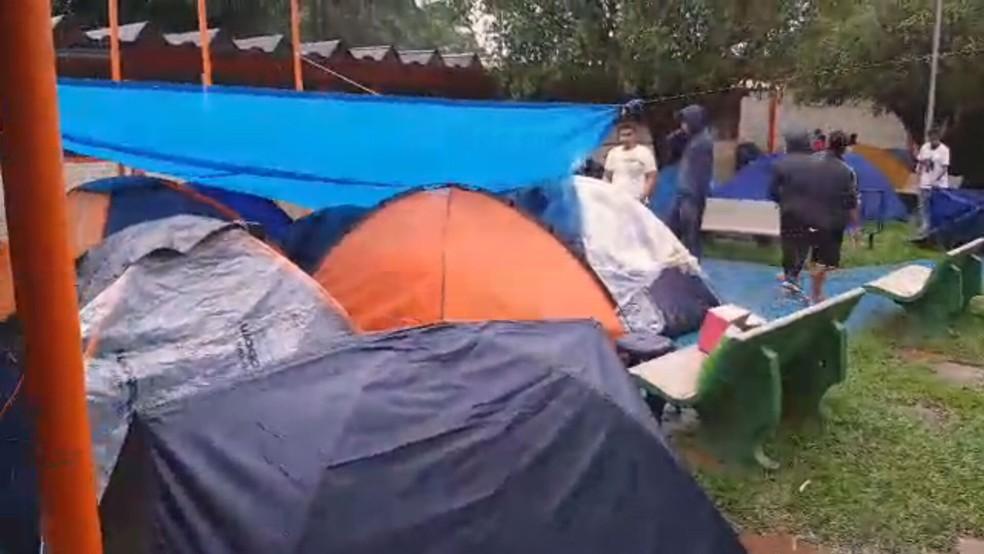 Famílias acampam no Centro de Ensino Médio 1 de Brazlândia para tentar vagas remanescentes ou trocar turno das aulas — Foto: TV Globo/Reprodução