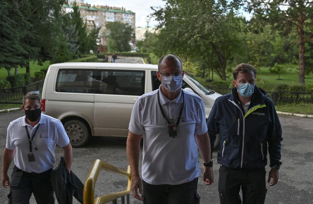 Médicos especialistas de uma ambulância aérea que chegou da Alemanha para buscar o líder da oposição russa, Alexei Navalny, entraram em hospital em Omsk, na Rússia, nesta sexta-feira (21)   — Foto: Alexey Malgavko/ Reuters