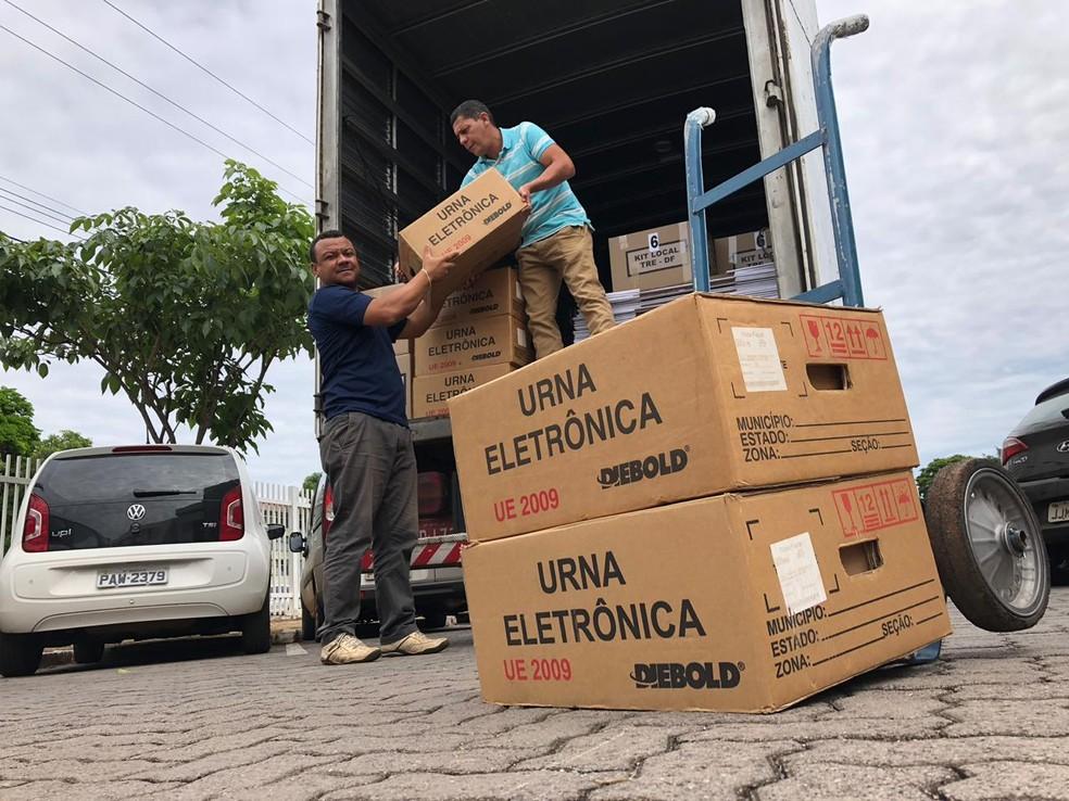 Urnas eletrônicas são levadas para local de votação no DF — Foto: Salvatore Casella/TV Globo