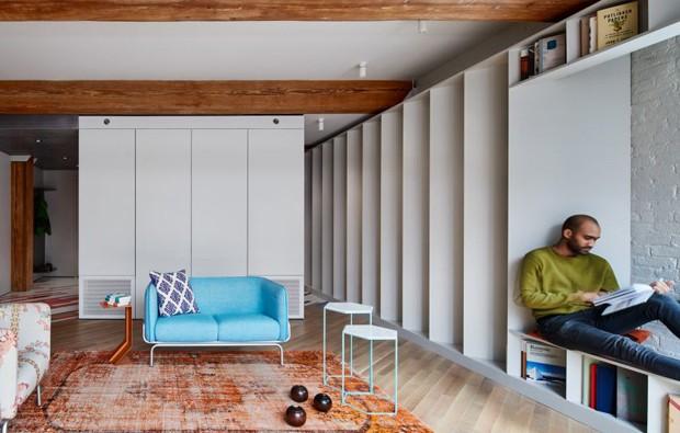 Décor do dia: biblioteca com 2500 livros decora sala de estar (Foto: Divulgação)