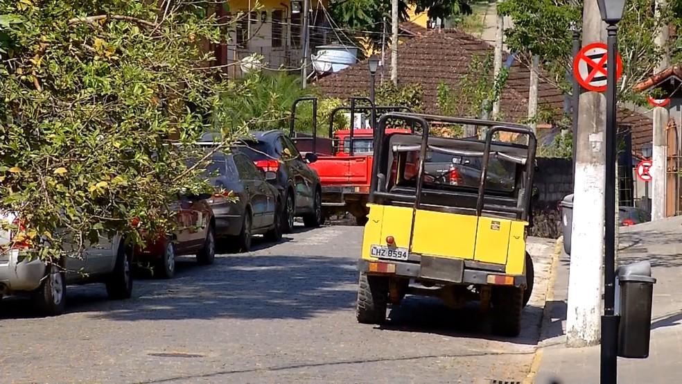 Carros estavam estacionados em locais proibidos — Foto: Juliana Nascimento/Inter TV