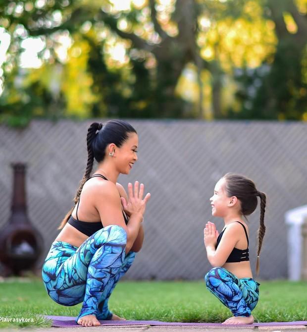 Laura Sykora e sua filha em pose de ioga (Foto: Reprodução / Instagram)