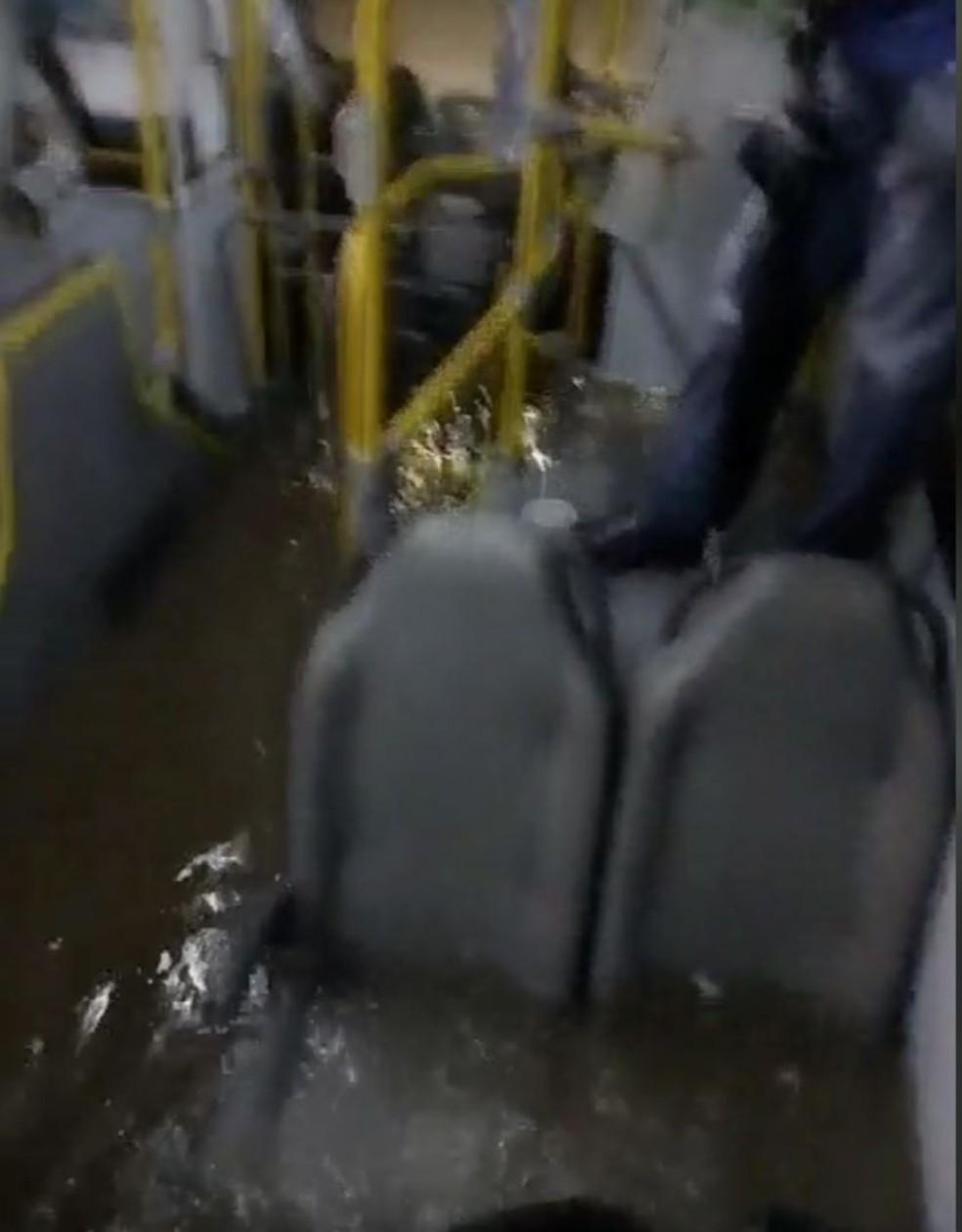 Passageiros flagram alagamentos em ônibus após temporal na Baixada Santista — Foto: G1 Santos
