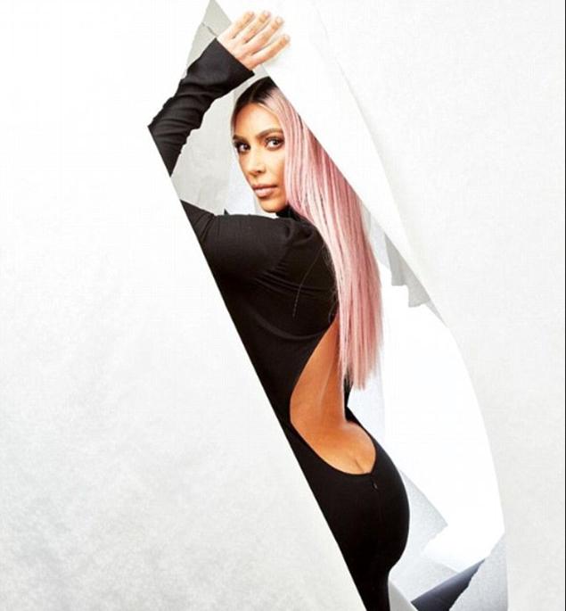 A socialite Kim Kardashian exibindo seu cofrinho em foto feita na festa pós-Oscar da cantora Madonna (Foto: Instagram)