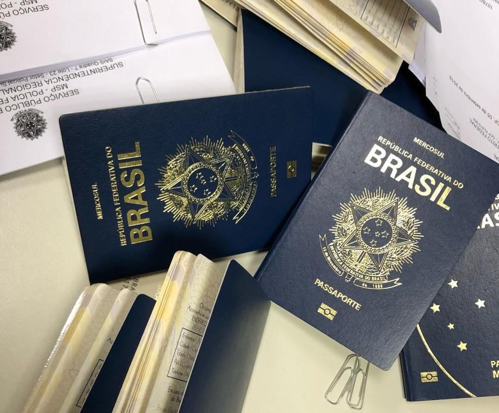 Passaportes apreendidos durante operação da PF no Aeroporto de Brasília — Foto: Polícia Federal/Divulgação