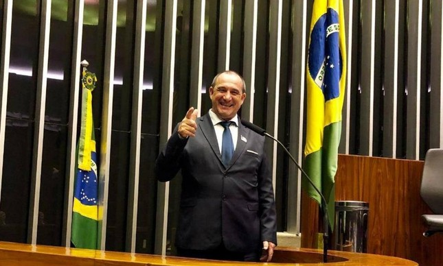 Flagrado com R$ 505 mil em aeroporto, prefeito não assina depoimento por se dizer analfabeto
