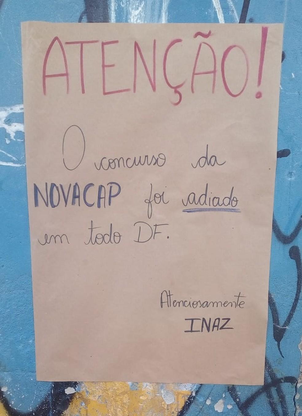 Aviso, escrito à mão, em escola do DF onde prova seria relaizada neste domingo (16) — Foto: Joel Alves Neto/Arquivo pessoal