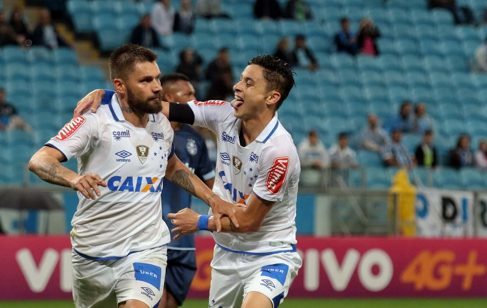 Rafael Sobis comemora gol do Cruzeiro com Diogo Barbosa (Foto: Rodrigo Rodrigues/Light Press)