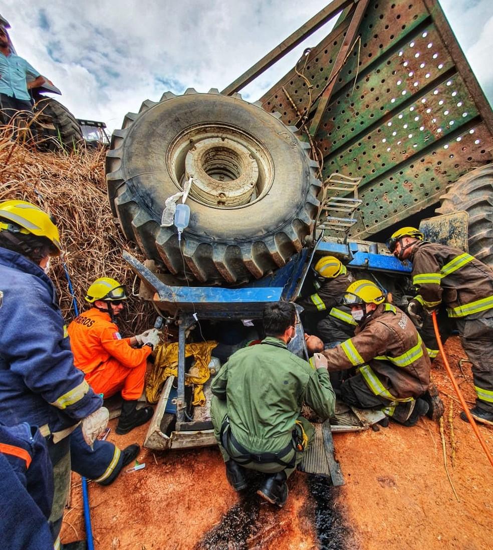 Trator tombou em  São Luís do Quitunde, Alagoas — Foto: Corpo de Bombeiros
