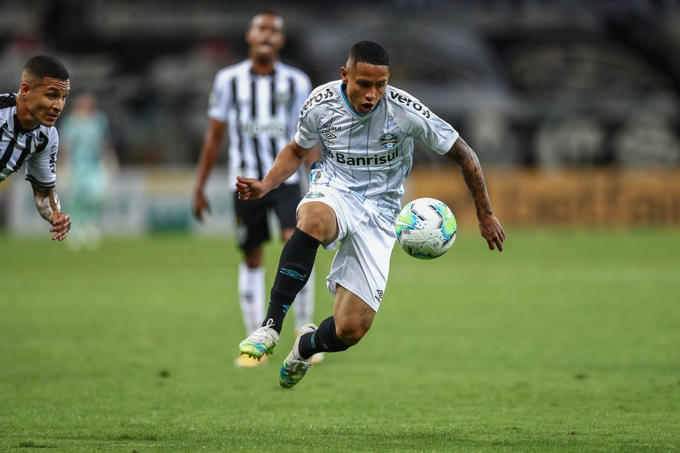 Guilherme Azevedo em ação pelo Grêmio no Brasileiro — Foto: Lucas Uebel/Grêmio