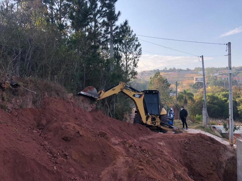Casal foi atingido por muro de arrimo em Jarinu (SP) — Foto: Fernanda Elnour/TV TEM