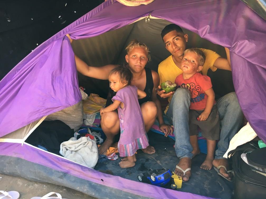 Carmen Chavez, 21, o marido Denis Diaz, 25, e os filhos de 3 e 1 ano (Foto: Emily Costa/G1 RR)