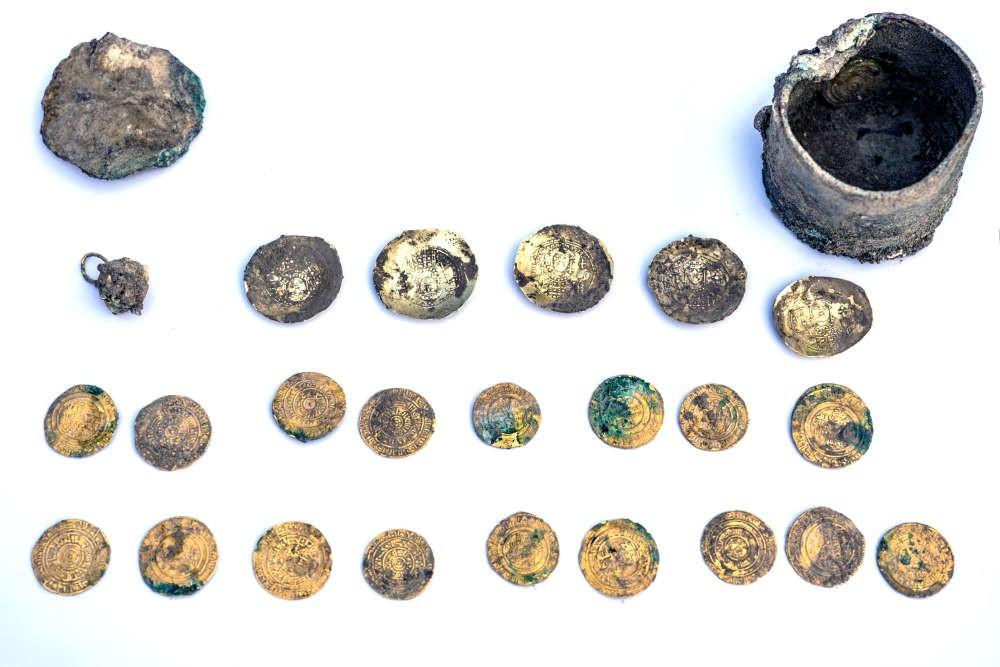 Moedas encontradas nas ruínas da antiga cidade portuária de Cesareia Marítima, em Israel. (Foto: Caesarea Development Corporation)