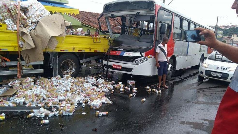 Coletivo bateu em caminhão de bebidas em São Carlos (SP) (Foto: Willian Reis/Arquivo Pessoal)