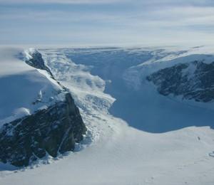 A península Antártica, fotografada pela NASA. Sob o gelo, mesmo sem luz, há milhares de formas de vida (Foto: NASA)