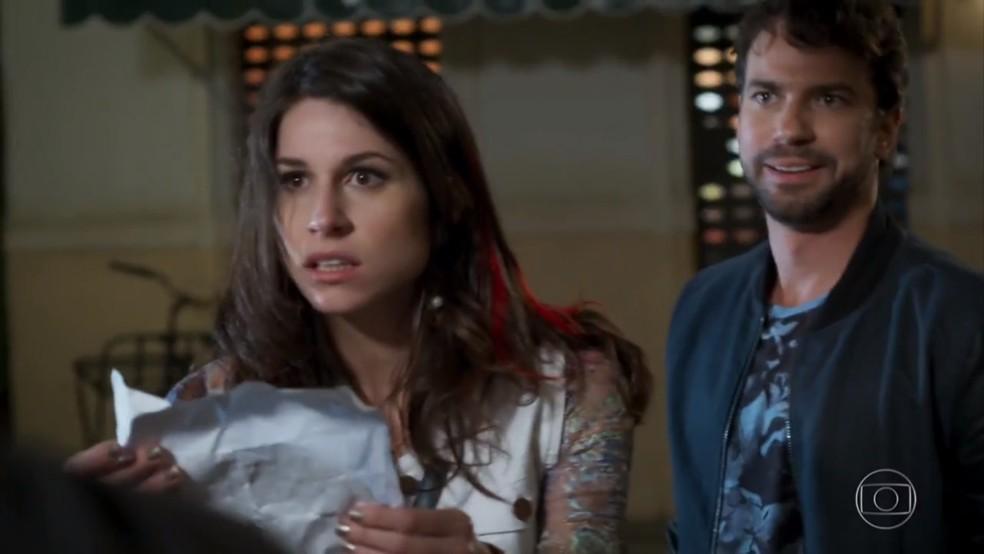 Carmela (Chandelly Braz) descobre que Adônis (José Loreto) abandonou a faculdade de Direito - 'Haja Coração' — Foto: Globo