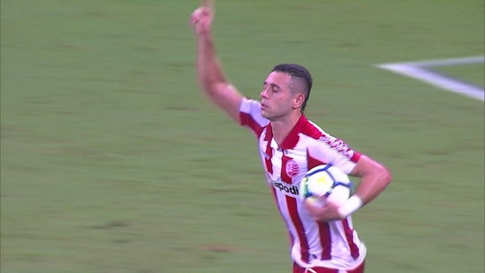 Gol do Náutico! Junior Timbó, de pênalti, abre o placar, aos 37 do 2º tempo
