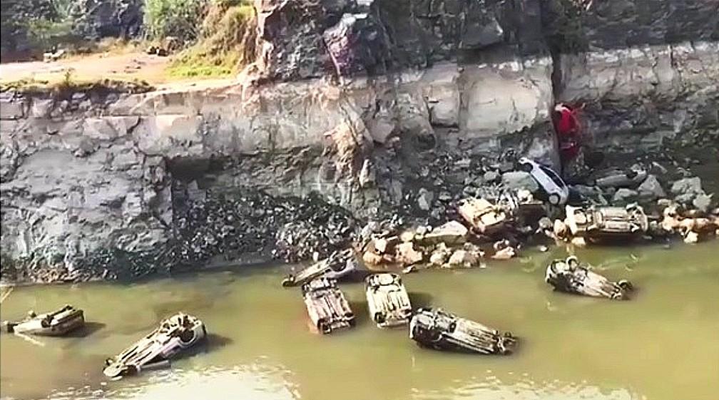 Cerca de 15 carros foram encontrados em lago de pedreira após nível da água baixar em Salto de Pirapora — Foto: Jornal da Cidade/Reprodução