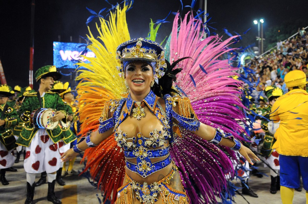 Carol Marins, rainha de bateria da Paraíso do Tuiuti: ela deu aval para Denise virar madrinha de bateria — Foto: Alexandre Durão / G1