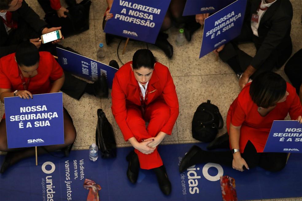 Sentados no chão, funcionários da empresa aérea Avianca fazem protesto no Aeroporto Santos Dumont, no Rio de Janeiro, em meio ao processo de recuperação judicial que a empresa enfrenta — Foto: Pilar Olivares/Reuters