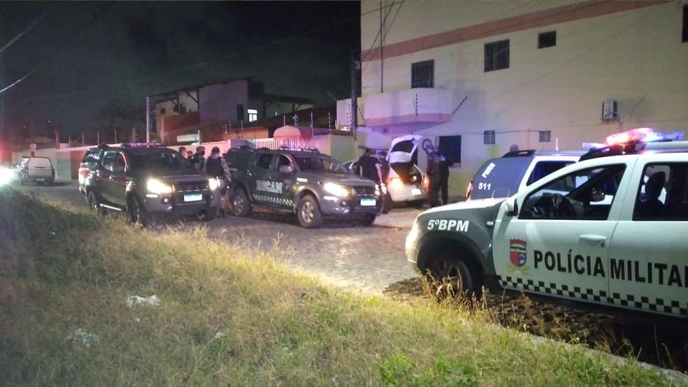 Perseguição na Zona Sul de Natal acabou com um suspeito ferido. Outros três fugiram do cerco. — Foto: Sérgio Henrique Santos/Inter TV Cabugi