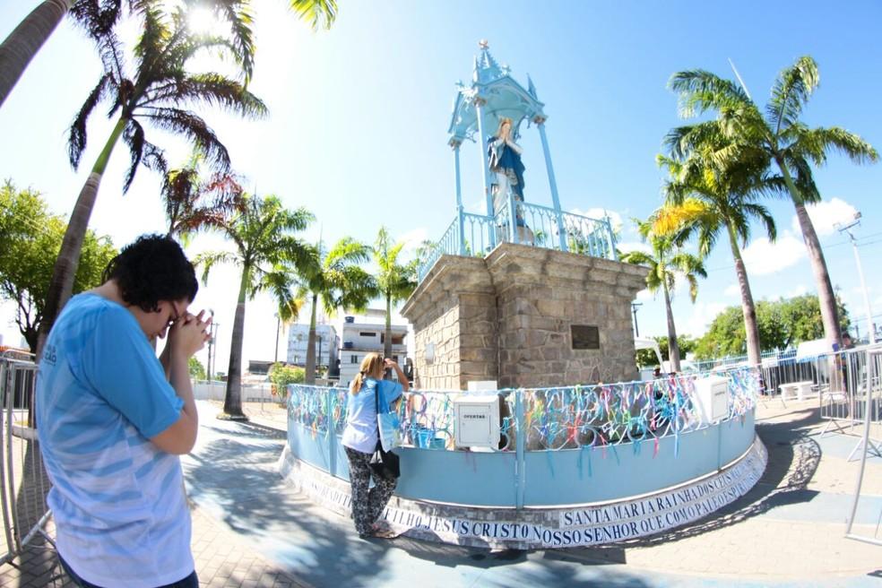 Fiéis antecipam as orações no Morro da Conceição, na Zona Norte do Recife; auge da festa é no dia 8 de dezembro — Foto: Marlon Costa/Pernambuco Press/Arquivo