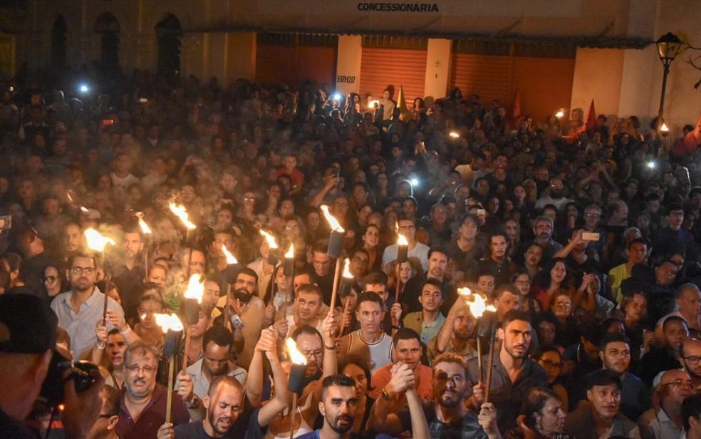 Fiéis acompanham a Procissão do Fogaréu — Foto: Vitor Santana/G1
