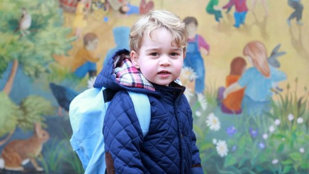 O príncipe George em seu primeiro dia no berçário em janeiro de 2016 — Foto: Duquesa de Cambridge