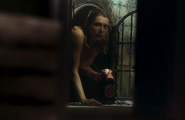 Vídeo de Marilda (Letícia Spiller) saindo nua do casarão chegará às mãos de Valentina (Lilia Cabral), que chantageará a irmã (Foto: TV Globo)