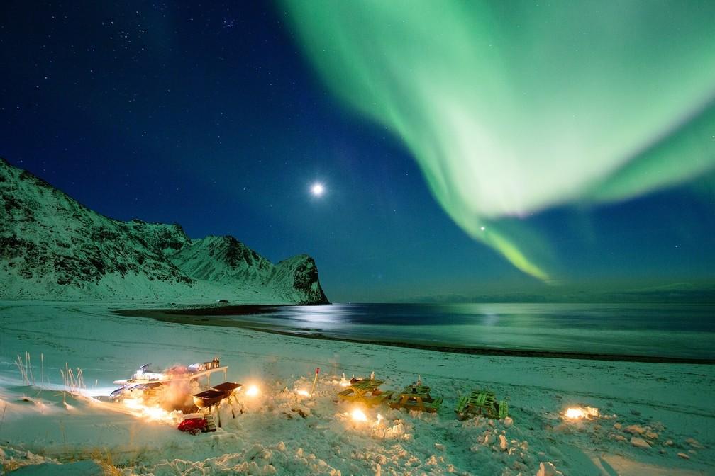 É possível acompanhar a Aurora Boreal além de surfar (Foto: Divulgação)