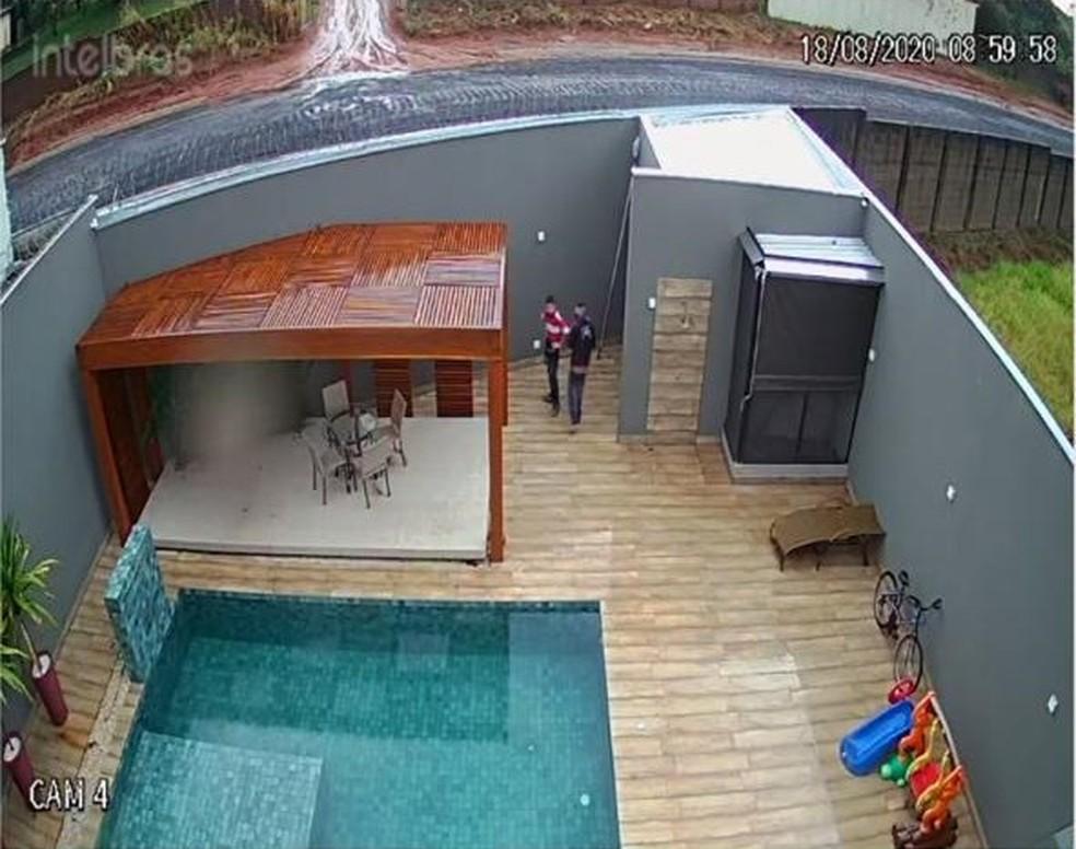 Suspeitos em ação em um dos condomínios de Piratininga — Foto: Circuito de segurança/Reprodução