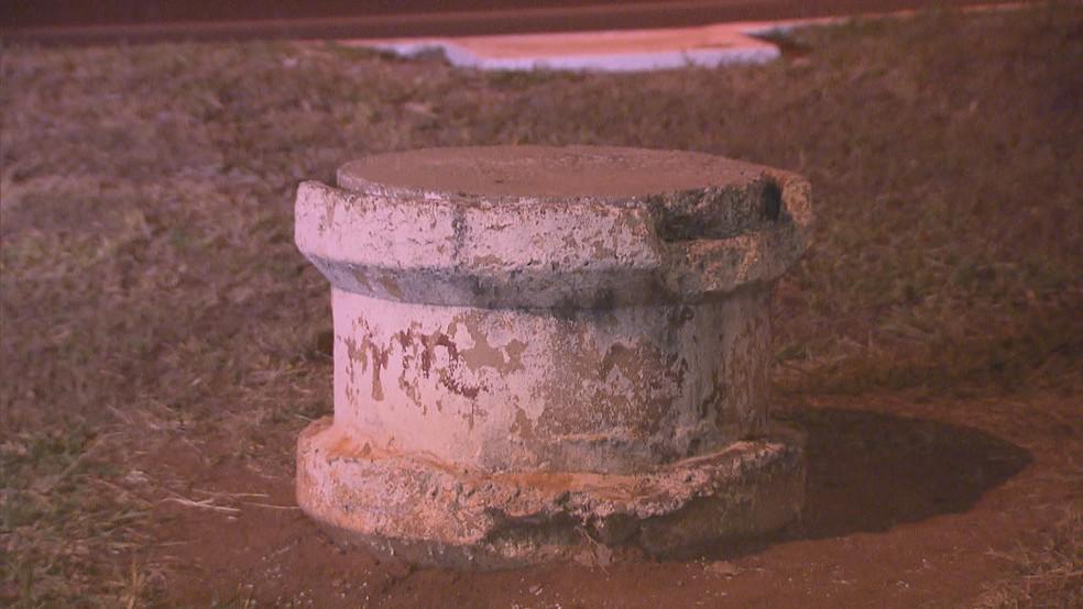 Bueiro onde foram encontradas granadas (Foto: Reprodução/TV Globo)