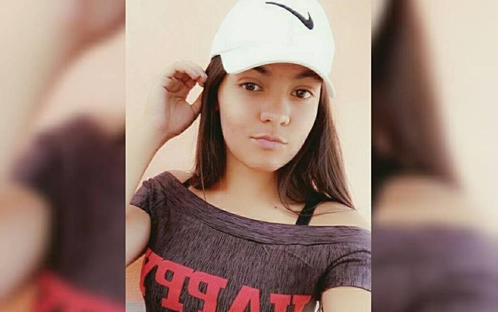Estudante Raphaella Novinski, de 16 anos, foi morta a tiros dentro de escola em Alexânia (Foto: Reprodução/Facebook)