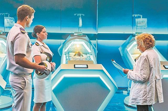 Raphael Vianna (Mateus), Carol Castro (Waleska) e Eva Wilma (Doutora Petra) gravando 'O tempo não para' (Foto: Paulo Belote / TV Globo)