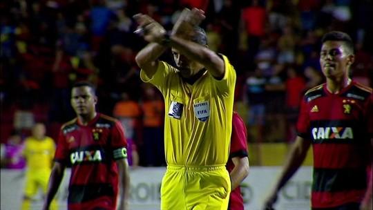 """Zagueiro do Sport diz que pensou em sair do jogo e critica arbitragem: """"É uma máfia"""""""