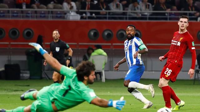 Alisson trabalha no primeiro tempo - Liverpool x Monterrey