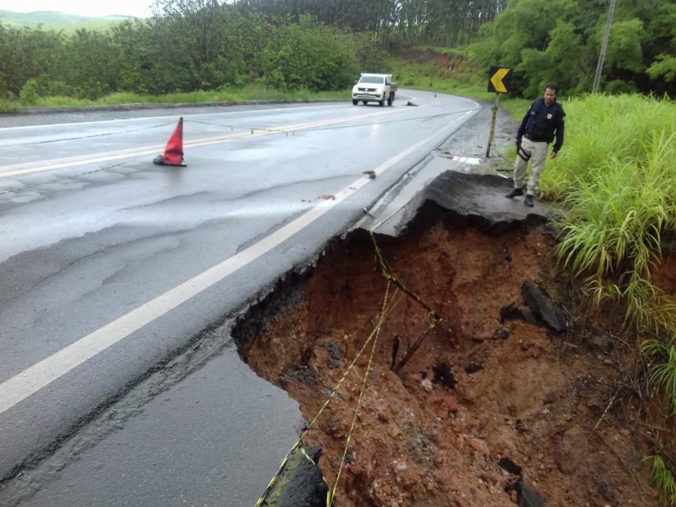 Acostamento na BR-101 desmoronou por conta do mal tempo â?? Foto: Divulgação/PRF