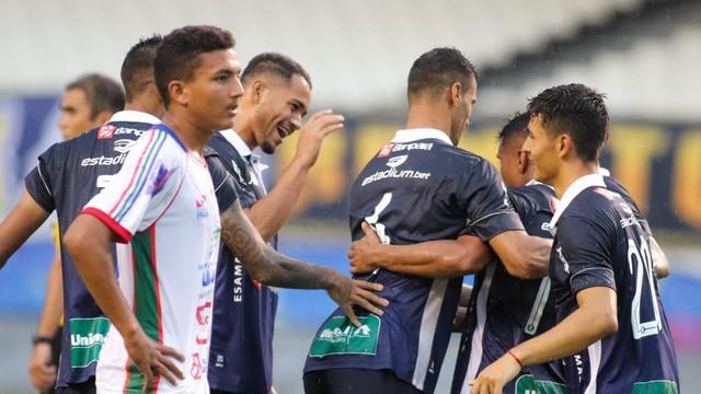 Lailson recebe abraço de Jansen e demais companheiros após marcar o segundo gol do jogo