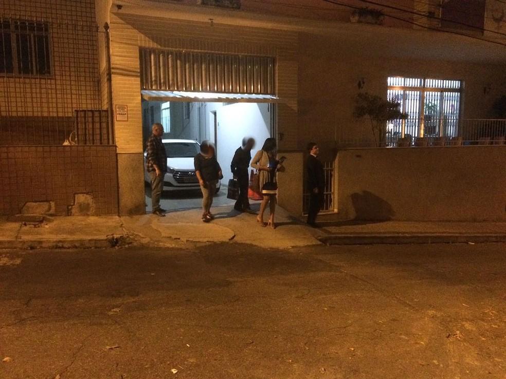 Comerciante suspeito do crime e esposa foram liberados após prestar depoimento na Delegacia Especializada de Atendimento à Mulher em Juiz de Fora (Foto: G1/G1)