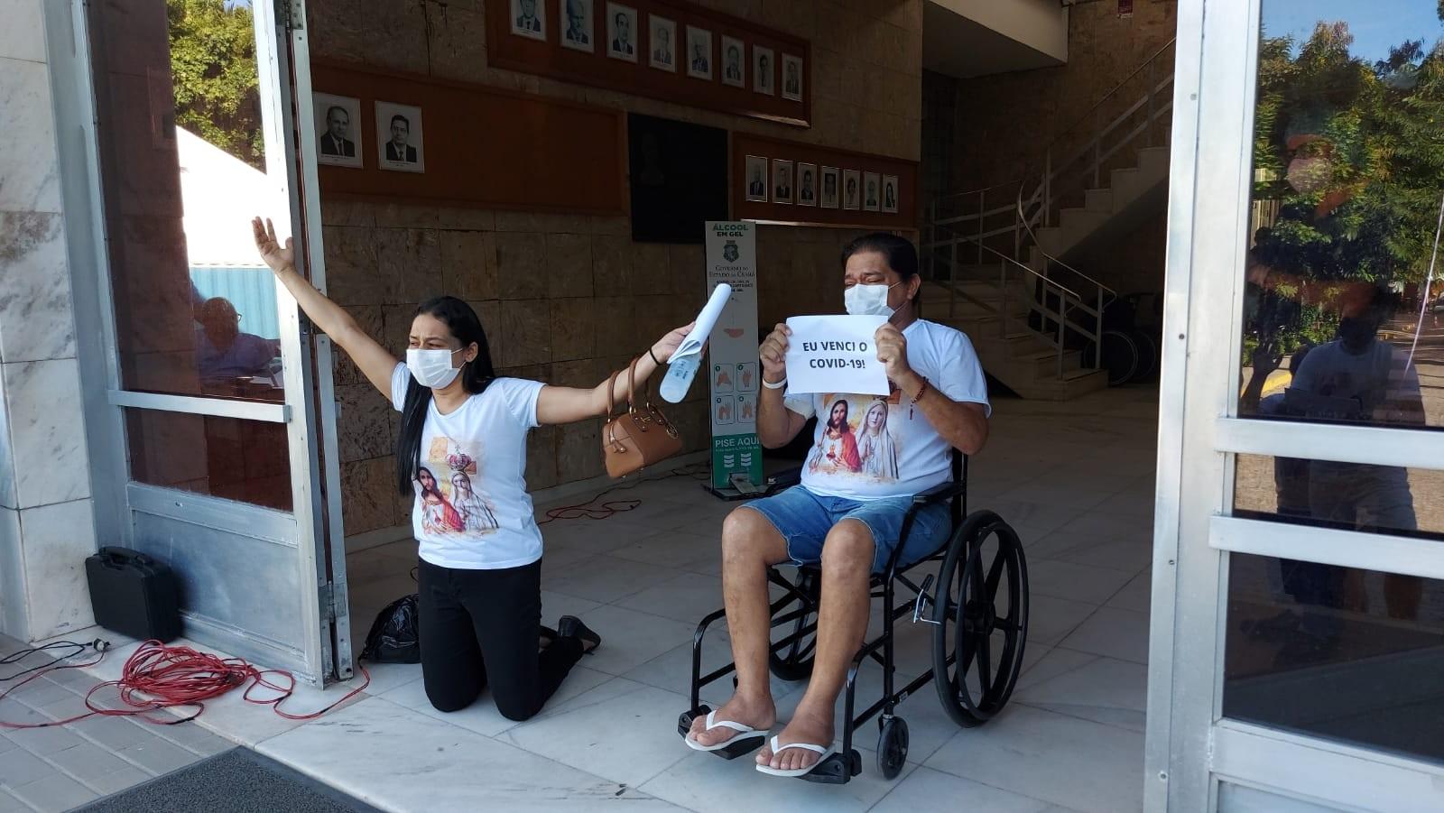 Após 56 dias internado com Covid, cearense tem alta e é recebido pela família com louvor na saída de hospital