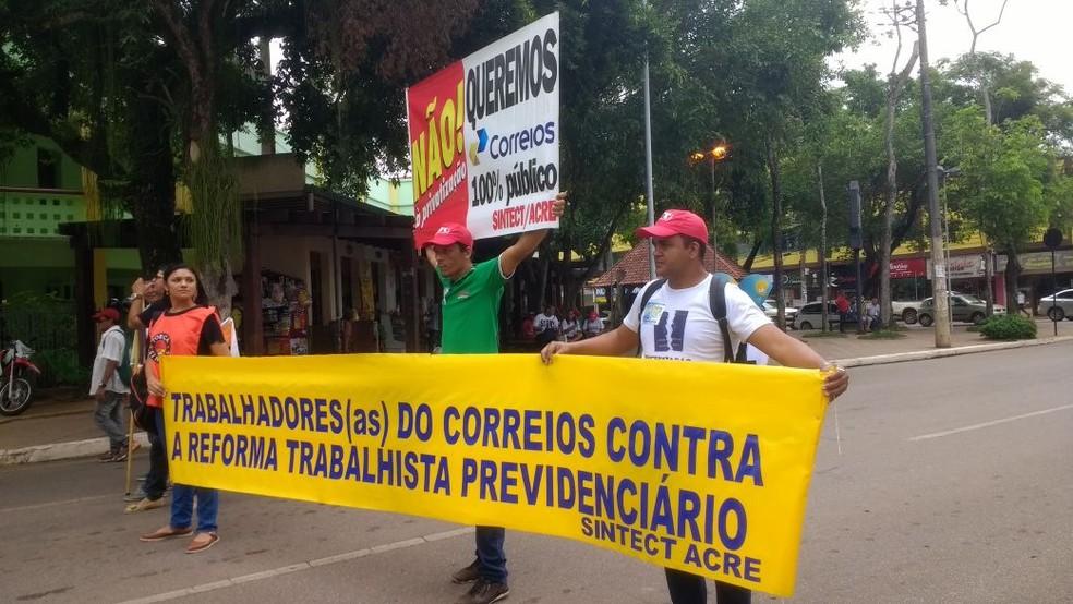 Manifestantes em Rio Branco são contra a Reforma Trabalhista e a privatização de empresas (Foto: Quésia Melo/G1 )
